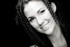 Portrait der recht jungen Frau mit dem lockigen Haar Lizenzfreie Stockfotos