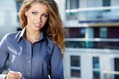 Portrait der recht jungen Geschäftsfrau lizenzfreie stockfotos