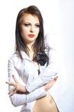Portrait der reizvollen Art und Weisefrau mit den roten Lippen Lizenzfreie Stockbilder