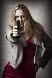 Portrait der reizvollen blonden Frau mit Handgewehr Stockfotografie