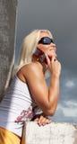 Portrait der reizvollen Frau benennend durch Telefon Stockfotografie
