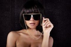 Portrait der reizvollen Frau in den Sonnenbrillen Stockbild