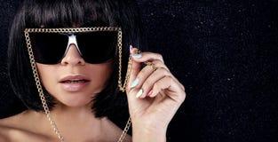 Portrait der reizvollen Frau in den Sonnenbrillen Stockbilder