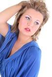 Portrait der reizvollen Frau im Blau Stockfotografie