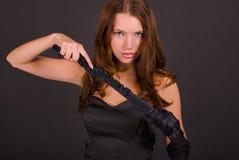 Portrait der reizvollen Frau mit Handschuhen stockbild