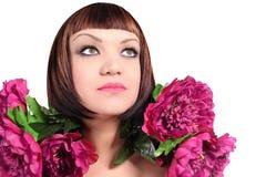 Portrait der reizvollen Frau mit Pfingstrose Lizenzfreie Stockbilder