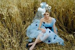 Portrait der romantischen Frau auf einem Weizengebiet Stockbild