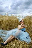 Portrait der romantischen Frau auf einem Weizengebiet Stockfoto