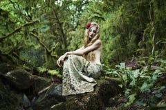 Portrait der romantischen Frau im feenhaften Wald Stockbild