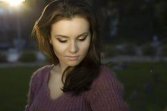 Portrait der romantischen Frau am Wald Stockbilder