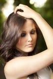Portrait der süßen jungen Frau, die am Park genießt Stockbilder
