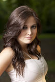 Portrait der süßen jungen Frau im Park Lizenzfreies Stockfoto