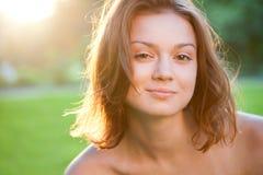 Portrait der schönen bezaubernden lächelnden Frau Stockfotografie