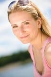Portrait der schönen blonden Frau genießen sonnigen Tag Lizenzfreie Stockfotografie