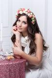 Portrait der schönen Braut Ein Fragment der Hochzeitsordnung Detail einer Eleganzfarbbandblume lizenzfreie stockbilder