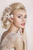 Portrait der schönen Braut Ein Fragment der Hochzeitsordnung Detail einer Eleganzfarbbandblume lizenzfreie stockfotos