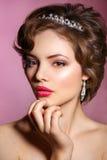 Portrait der schönen Braut Ein Fragment der Hochzeitsordnung Detail einer Eleganzfarbbandblume Porträt einer Schönheit im Bild de Lizenzfreie Stockfotografie