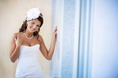 Portrait der schönen Braut in einem weißen Kleid lizenzfreie stockbilder