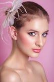 Portrait der schönen Braut Porträt einer Schönheit im Bild der Braut mit Dekorationsfeder in ihrem Haar abbildung Lizenzfreies Stockfoto