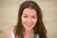 Portrait der schönen Brunettefrau lizenzfreie stockfotografie