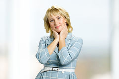Portrait der schönen fälligen Frau Stockfoto