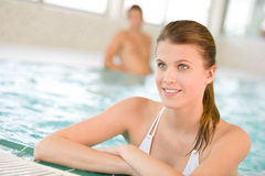 Portrait der schönen Frau entspannen sich im Swimmingpool Stockbilder