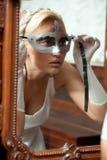 Portrait der schönen Frau Karnevalsschablone anwendend Lizenzfreie Stockbilder