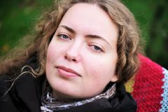 Portrait der schönen Frau mit dem kräuselnhaar lizenzfreie stockfotografie