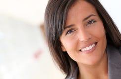 Portrait der schönen Frau mit dem langen Haar Lizenzfreie Stockfotos