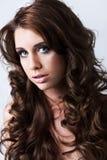 Portrait der schönen Frau mit dem langen lockigen Haar stockfoto