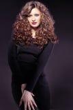 Portrait der schönen Frau mit dem lockigen Haar Lizenzfreie Stockfotos