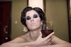 Portrait der schönen Frau mit Glasrotwein Stockfotos
