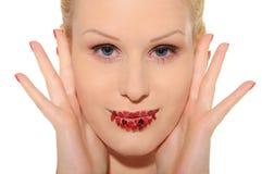 Portrait der schönen Frau mit Innerem auf Lippen Lizenzfreie Stockfotografie