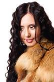 Portrait der schönen Frau mit lockiges Haar wearin lizenzfreie stockfotografie