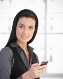 Portrait der schönen Frau mit Mobiltelefon stockbild