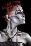 Portrait der schönen Frau mit silbernem bodyart Lizenzfreie Stockfotografie