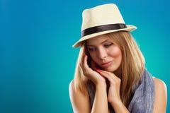 Portrait der schönen Frau mit Strohhut Stockfotografie