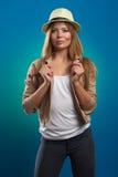 Portrait der schönen Frau mit Strohhut Lizenzfreies Stockfoto
