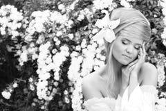 Portrait der schönen Frau in Schwarzem u. im Weiß Stockfotos