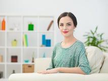 Portrait der schönen Frau zu Hause Lizenzfreies Stockfoto