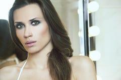 Portrait der schönen Frauen im Badezimmer Stockbilder