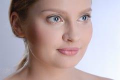 Portrait der schönen jungen Frau Lizenzfreie Stockfotografie