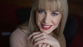 Portrait der schönen jungen Frau, die zu Hause lächelt Stockfoto