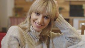 Portrait der schönen jungen Frau, die zu Hause lächelt Stockbilder