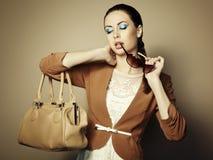 Portrait der schönen jungen Frau mit Beutel Stockfotografie