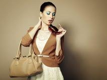 Portrait der schönen jungen Frau mit Beutel Stockfoto