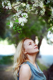 Portrait der schönen jungen Frau mit Blumen Lizenzfreies Stockfoto