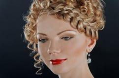 Portrait der schönen jungen Frau mit Frisur stockbild