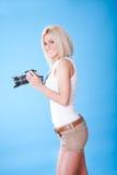 Portrait der schönen jungen Frau mit Kamera Lizenzfreie Stockfotos