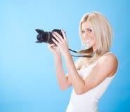 Portrait der schönen jungen Frau mit Kamera Lizenzfreies Stockfoto